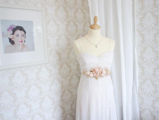 Цветочная композиция на платье и ободки для волос с цветами.