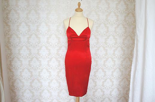 Красное короткое платье из натурального шелка с накидкой из гипюра.