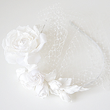 Ободок с белыми розами и вуалью