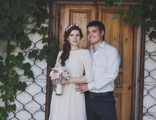 Надежда - наша прекрасная летняя невеста! Свадебная прическа с венком из шелковых цветов.