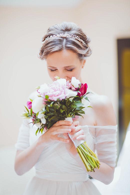 Наши невесты - Татьяна! Свадебная прическа с ободком из розового жемчуга.