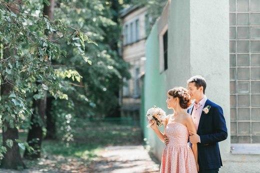 Наши невесты - Анастасия! Свадебная прическа с украшением из шелковых цветов и жемчугом.