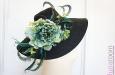 Шляпа с большими полями, цветами и перьями страуса. Фото 1.
