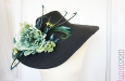 Шляпа с большими полями, цветами и перьями страуса. Фото 2.