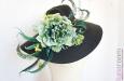 Шляпа с большими полями, цветами и перьями страуса. Фото 3.