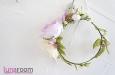 Венок для волос с розами и весенними цветами. Фото 1.